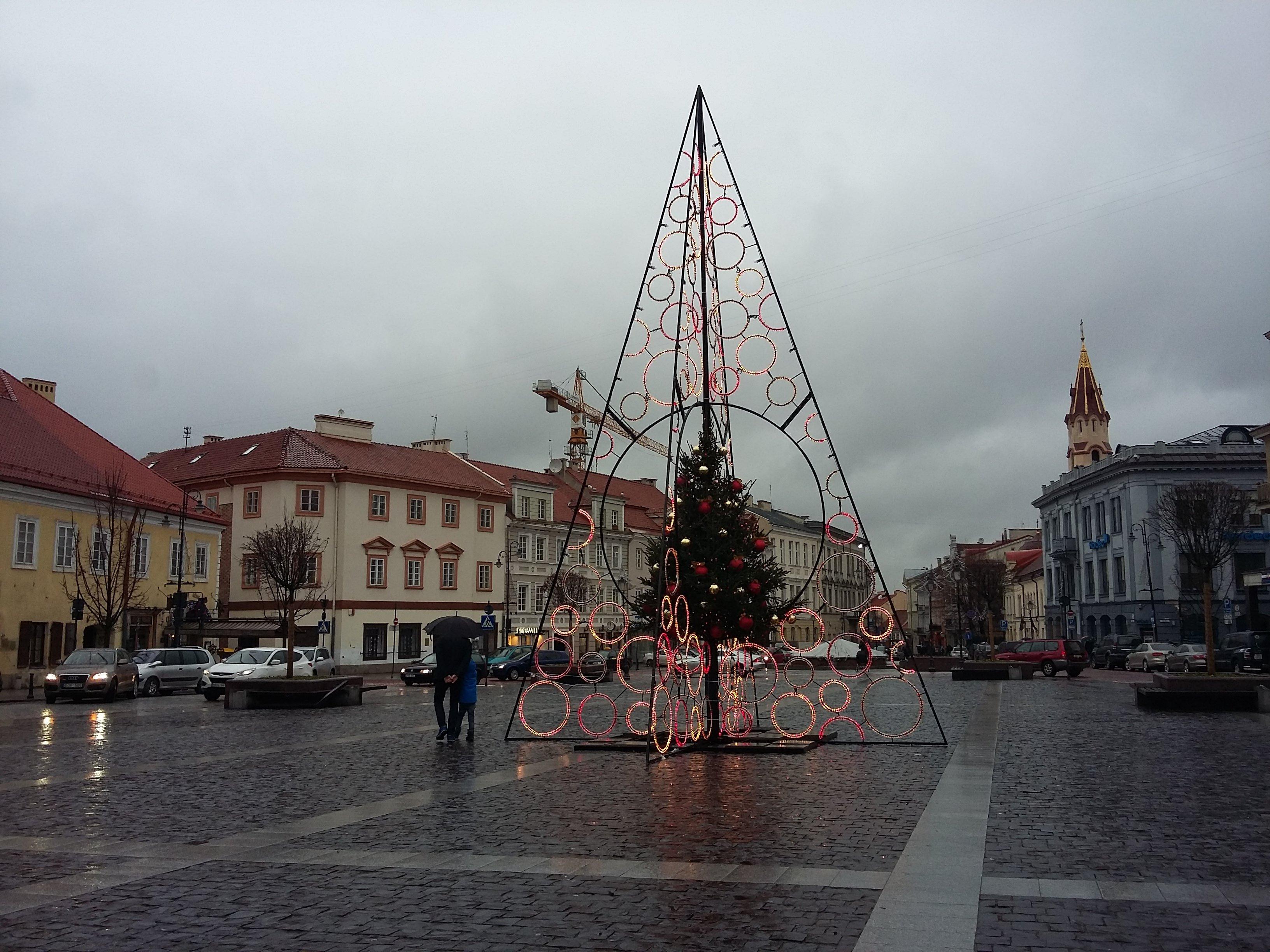 Iš panašių detalių šiemet sukonstruota, tačiau neišpopuliarėjusi Kalėdų eglutė Vilniaus rotušės aikštėje. Alytausgidas.lt nuotr.